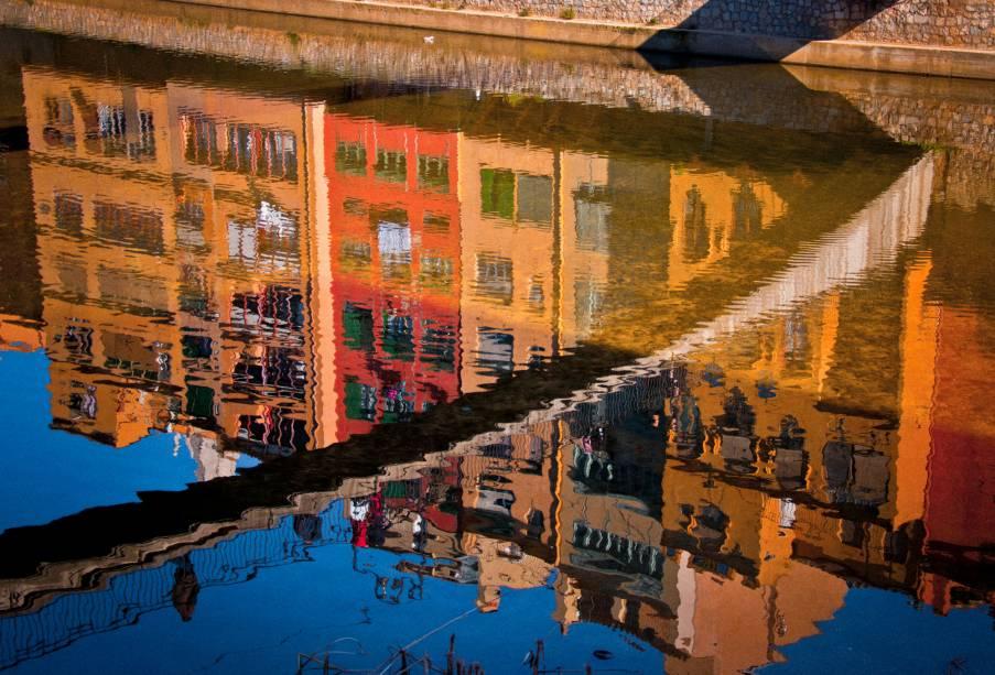 As casas coloridas ao longo do rio são o principal cartão postal de Girona