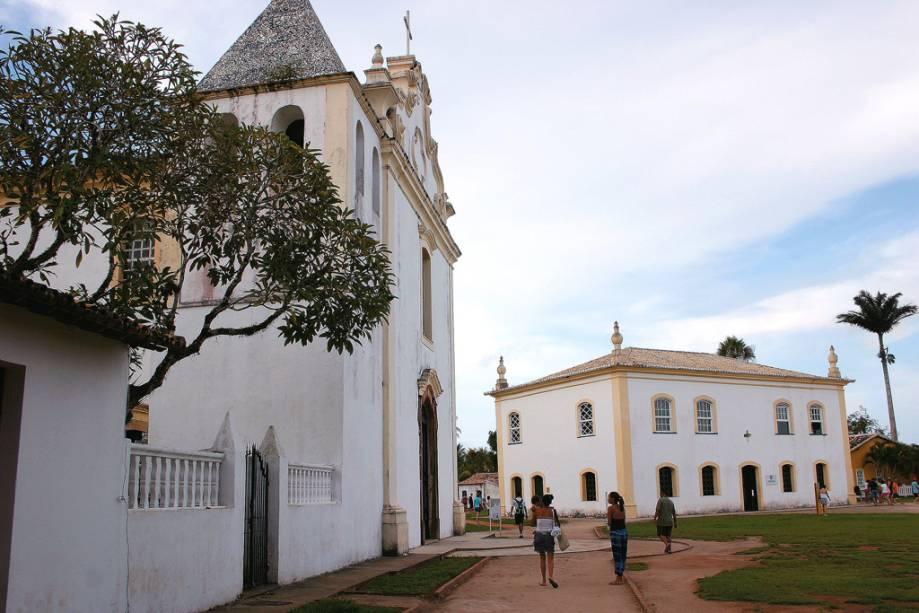 O trecho onde foi fundada a primeira aldeia do Brasil no século 16 tem várias referências à descoberta, incluindo o Marco da Posse, as ruínas da primeira igreja construída em solo brasileiro e o primeiro colégio jesuíta.