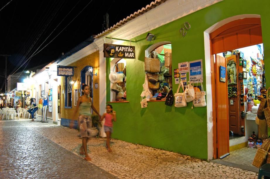 A Passarela do Álcool é um dos mais importantes cartões postais da cidade e abriga lojas de artesanato, restaurantes e butiques.