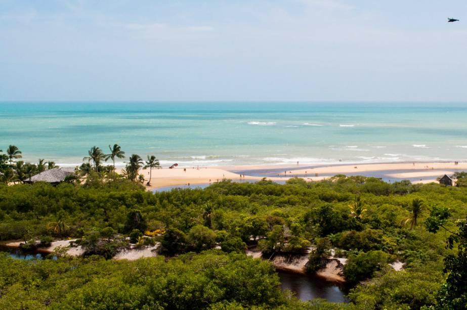 As belas praias de Porto Seguro têm mar azul esverdeado e são cercadas por fileiras de coqueiros