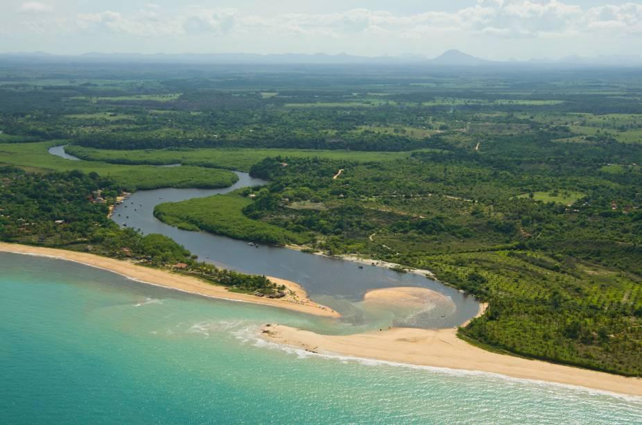 O Rio Caraíva deságua no mar em Porto Seguro
