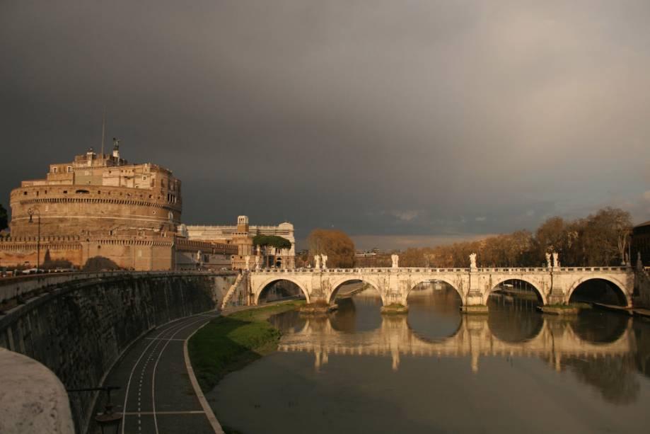 Castelo Sant'Angelo e Ponte Vittorio Emanuele II do outro lado do Tibre em direção ao Vaticano