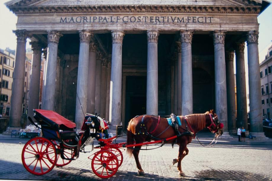 Carruagens em frente ao Panteão de Agripa, um monumento greco-romano na Piazza della Rotonda
