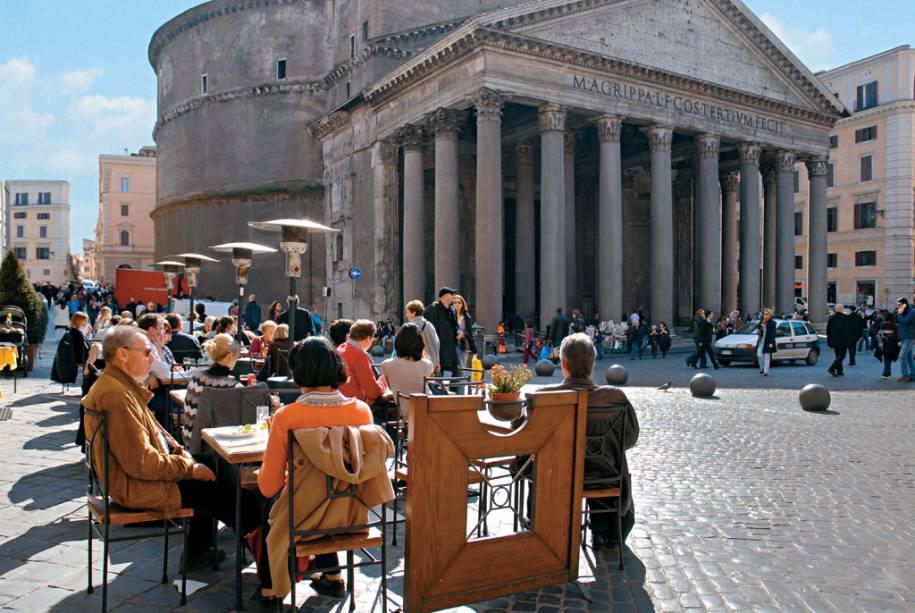 Durante sua existência de mais de dois mil anos, o Panteão foi transformado em igreja católica no século 7 e hoje atrai visitantes por sua história e beleza.