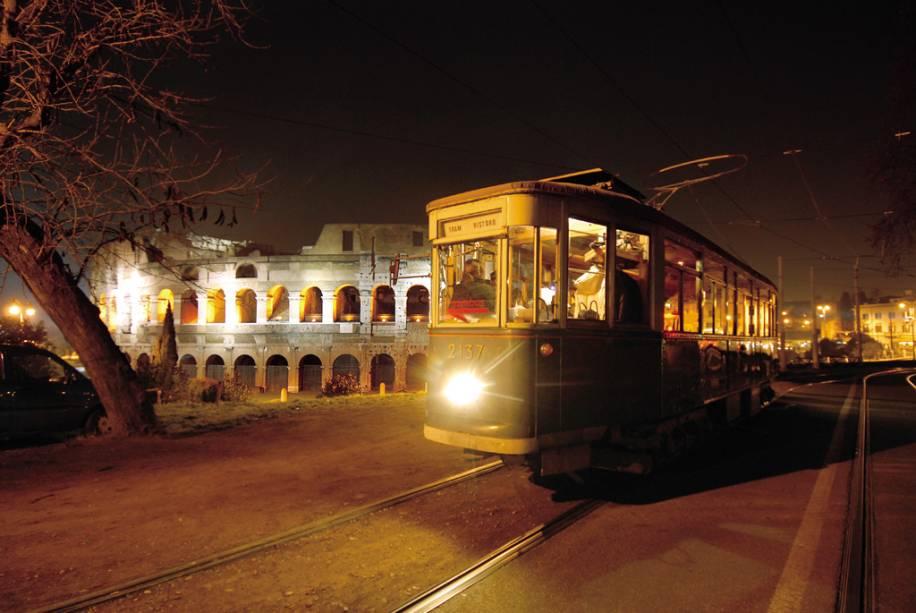 Visão noturna do bonde com o Coliseu Romano ao fundo