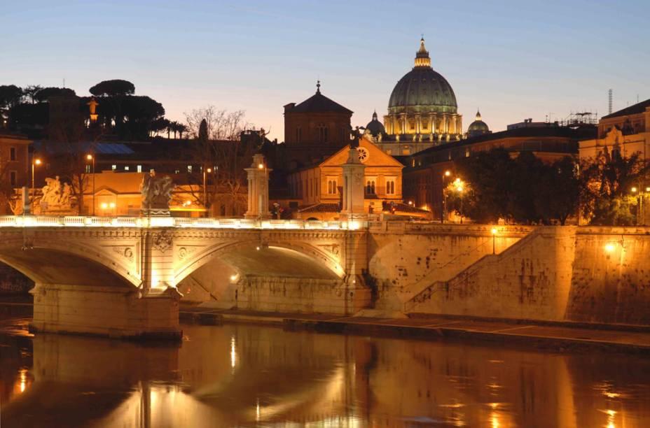 Visão noturna do Vaticano e da Ponte Sant'Angelo no Tibre