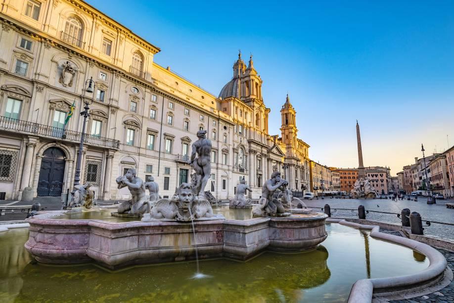 A Embaixada do Brasil em Roma está localizada na Piazza Navona.  Observe as bandeiras verdes e amarelas no canto esquerdo da foto