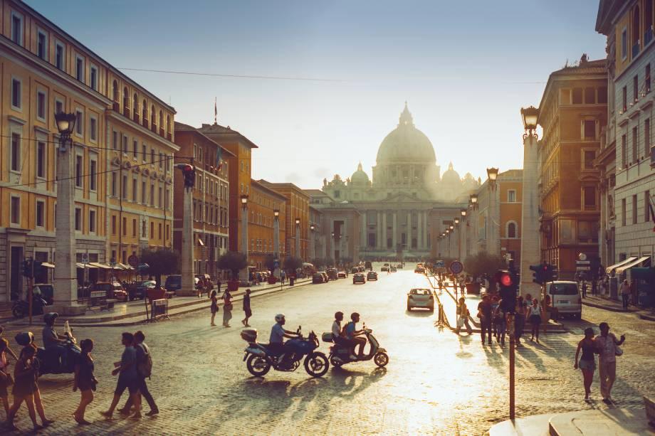 """Ver de""""http://viajeaqui.abril.com.br/estabelecimentos/italia-roma-atracao-basilica-di-san-pietro-basilica-de-sao-pedro"""" rel =""""Praça de São Pedro"""" Objetivo =""""_vazio""""> Praça de São Pedro sob o sol do verão em Roma"""" class=""""lazyload"""" data-pin-nopin=""""true""""/></div> <p class="""