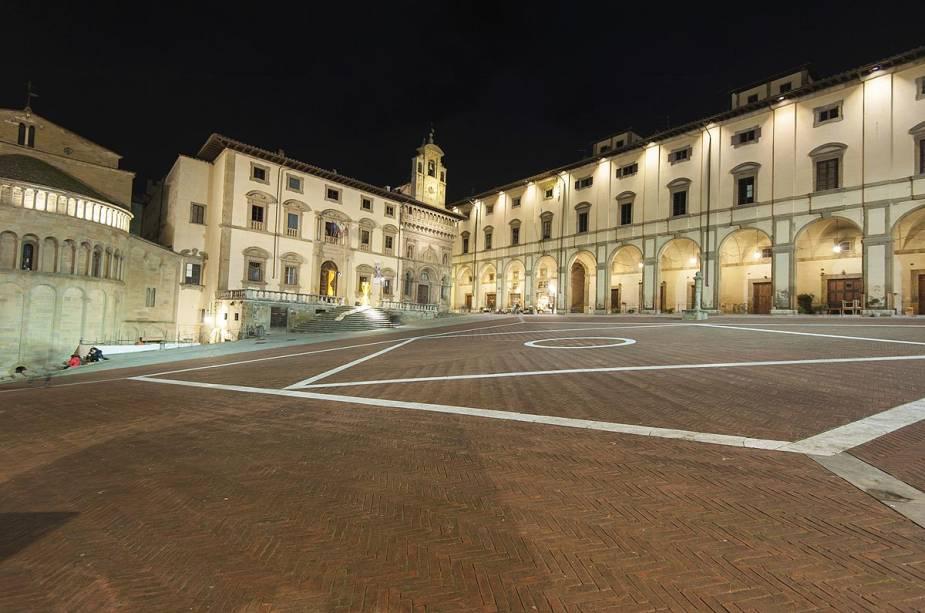 Uma feira de antiguidades é realizada na Piazza Grande - a praça principal de Arezzo, Itália - todo primeiro fim de semana do mês