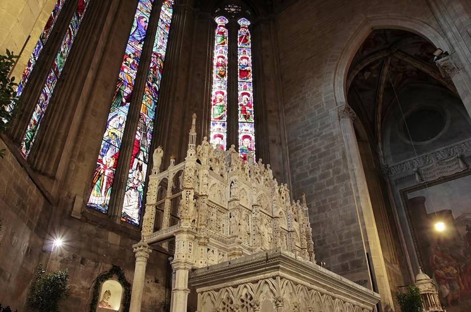 Dentro da Catedral de Arezzo, os vitrais e uma pintura de Maria Madalena pintada por Piero della Francesca em 1459 foram preservados