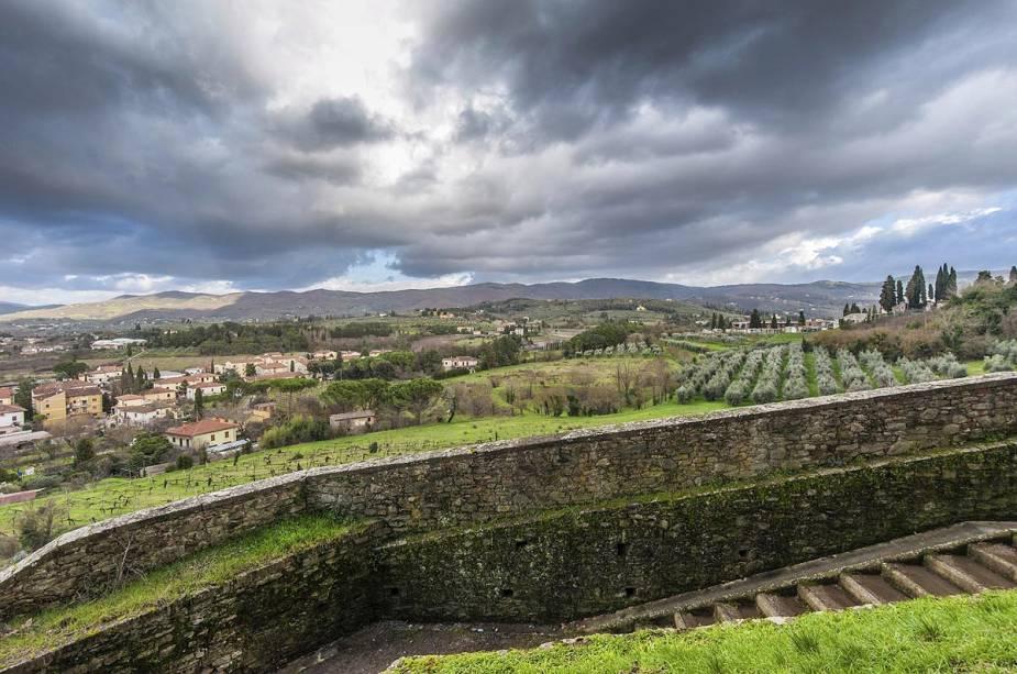 Nos arredores da vila medieval, há casas de fazenda na encantadora Toscana