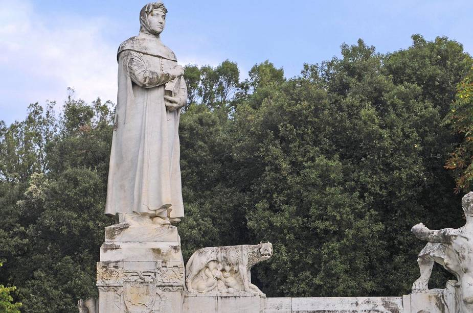 Arezzo recebe Francesco Petrarca (1304-1374).  Aparentemente, Petrarca foi o inventor do soneto.  A sua casa, que hoje alberga um pequeno museu e a Academia Petrarca (instituto de investigação dedicado ao poeta), só é visitada por entusiastas genuinamente interessados na sua história e sonetos.  Você precisa planejar com antecedência.  Na foto, uma estátua de Petrarca na cidade de Arezzo