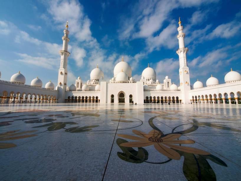 A Mesquita Sheikh Zayed leva o nome de seu fundador, e os restos mortais do Sheikh Zayed estão enterrados em um mausoléu impressionante no local da mesquita.
