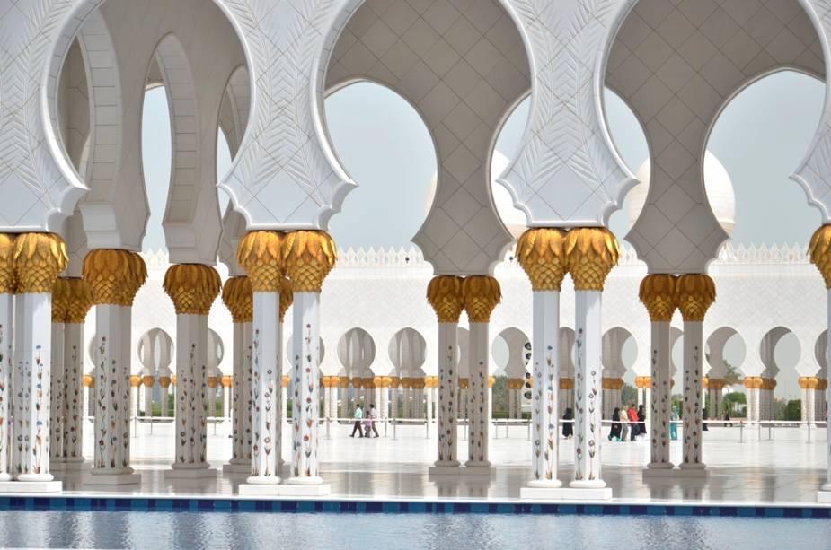 Detalhes dos pilares e arcos da Grande Mesquita Sheikh Zayed: toneladas de mármore cobrem as superfícies, tornando o local branco a ponto de machucar os olhos
