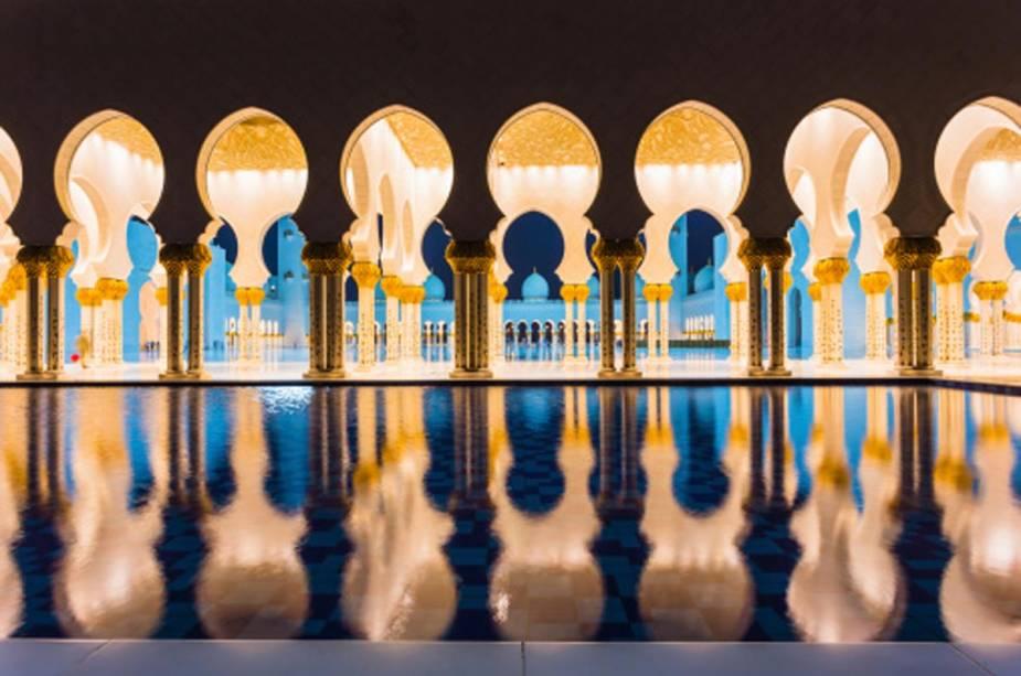 A Mesquita Sheikh Zayed assume características diferentes à noite, quando o clima é mais ameno para passeios ao ar livre.  A mesquita é a única da cidade que pode ser visitada por turistas