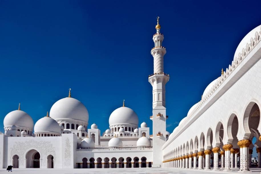 Além do mármore branco, a Grande Mesquita Sheikh Zhayed é ricamente decorada com pedras semipreciosas