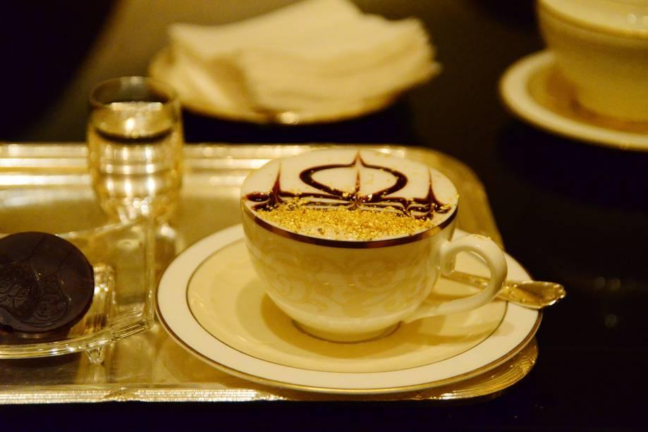 O café do Emirates Palace Hotel, em Abu Dhabi, também é especial: as xícaras são decoradas com pó de ouro, que podem ser bebidas em pequenas quantidades com a bebida.