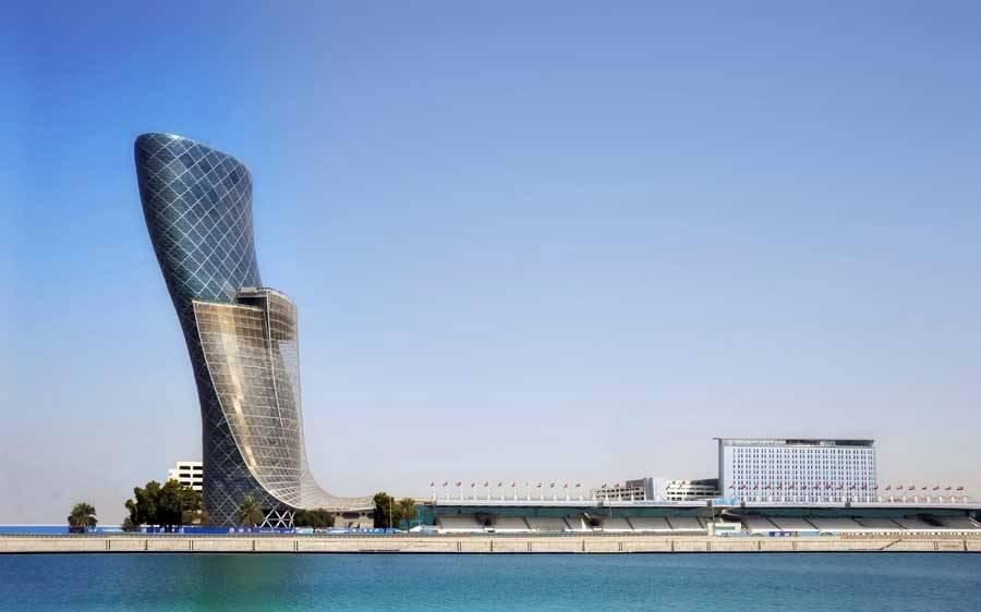 A torre Capital Gate de 160 metros de altura, projetada pelo escritório de arquitetura RJMJ, é considerada a mais íngreme do mundo