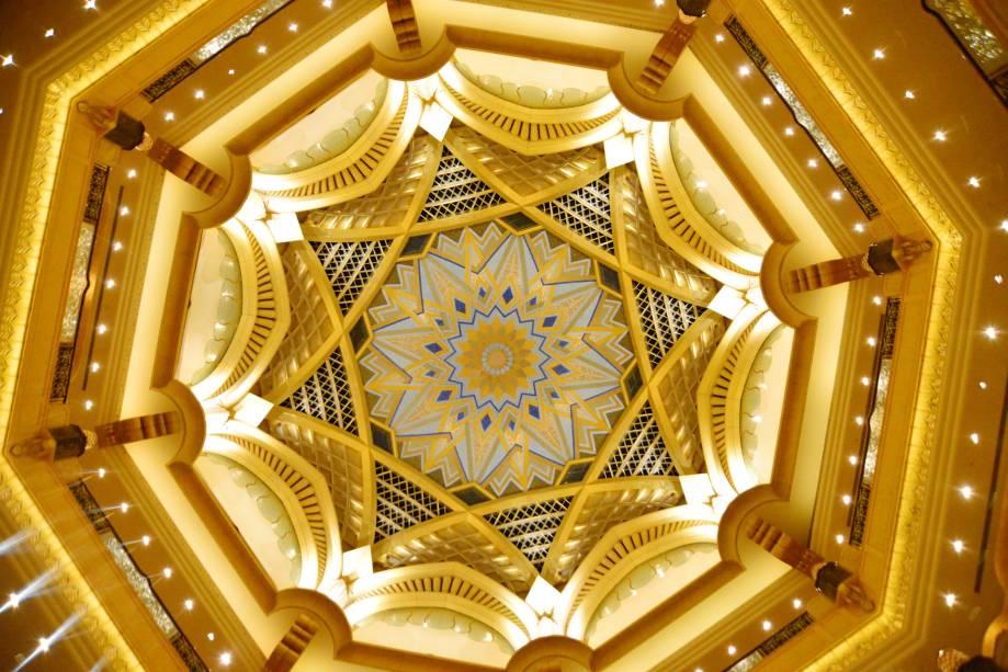 O Emirates Palace Hotel tem tanto a oferecer que partes do teto são revestidas de ouro