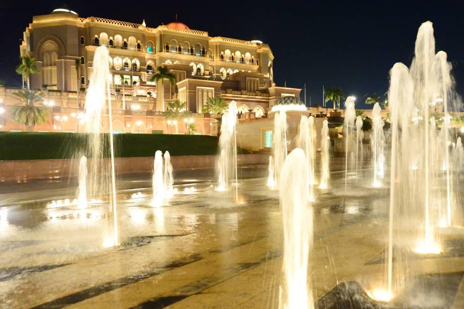 As fontes que adornam a fachada do Emirates Palace Hotel em Abu Dhabi não são nada: há uma praia particular no terreno do hotel