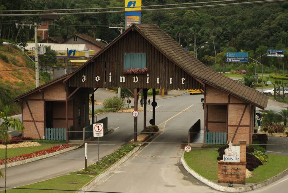 A forte economia local de Joinville motivou a criação de edifícios modernos, o desenvolvimento do comércio e eventos