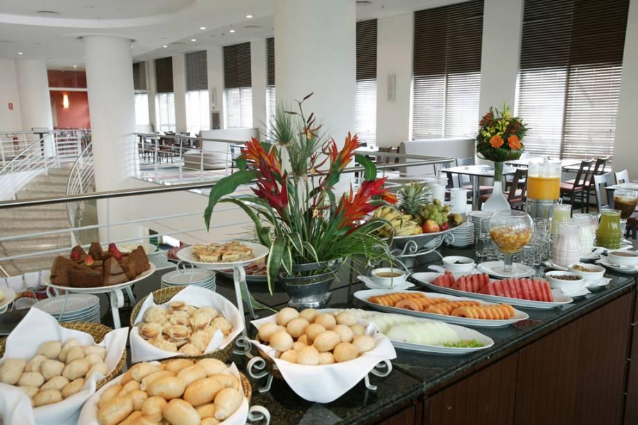 Buffet no restaurante do hotel Bourbon Joinville Business