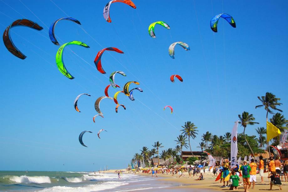 Você pode praticar rafting, passeios de burro e até kitesurf na Praia do Cumbuco
