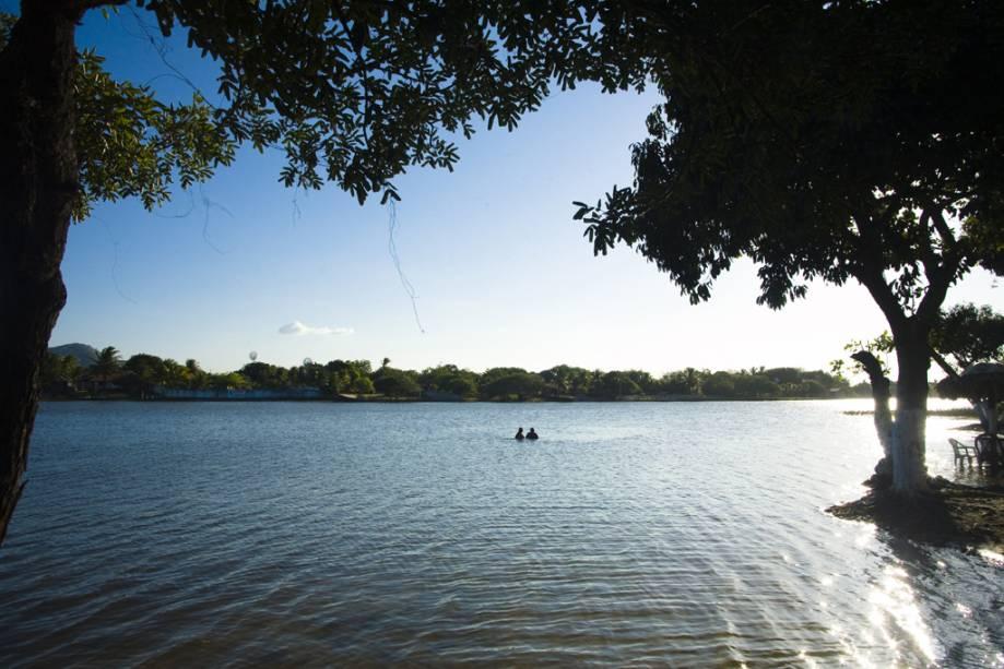 Calma, a Lagoa do Banana tem águas cristalinas e barracas montadas quase na água
