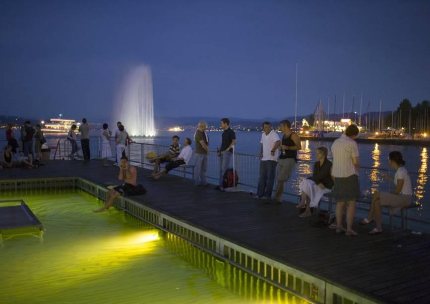 A propriedade combina um bar com piscina no Lago de Zurique