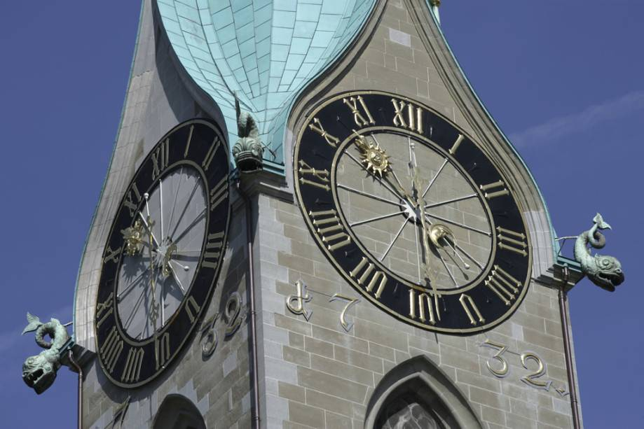 Torre do sino da igreja Fraumünster em Zurique