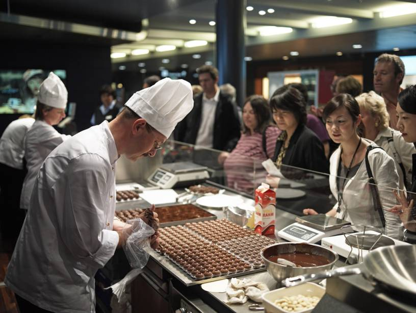 """Sem festival """"Alma de chocolate""""No aeroporto de Zurique, os visitantes podem acompanhar a preparação e experimentar os diferentes tipos de chocolate"""