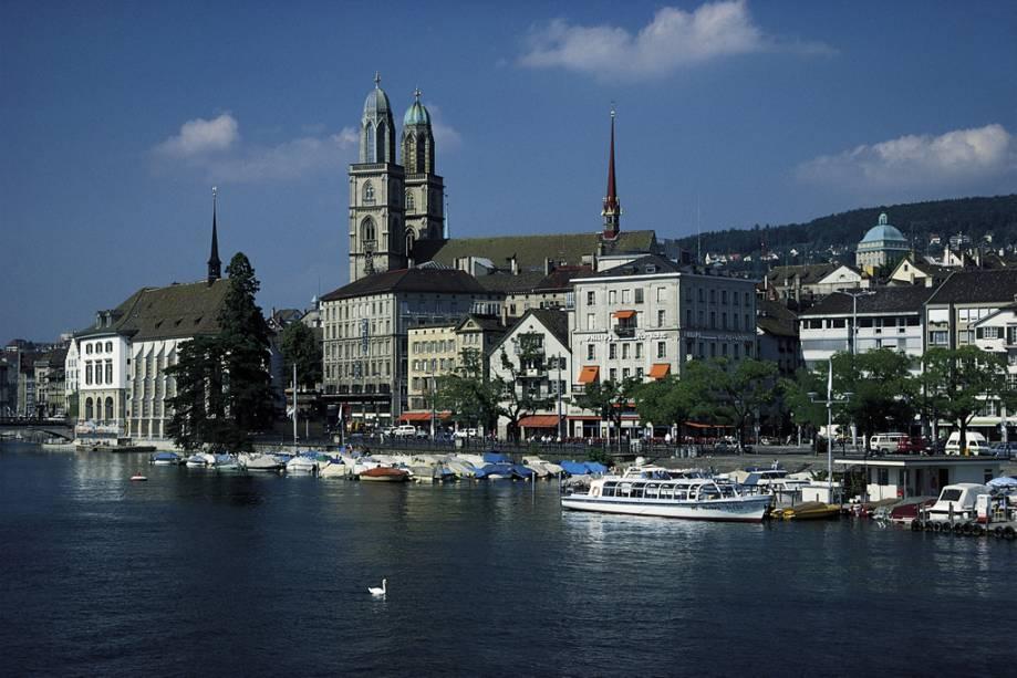 Na catedral Großmünster de Zurique, o pastor Huldrych Zwingli começou a pregar contra a Igreja Católica no século 16 e alimentou a Reforma Protestante