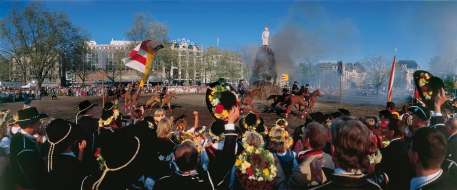"""Na Suíça, há um desfile anual para celebrar a primavera.  No final da parada, o fogo é aceso. """"Boeoegg"""", Boneco de neve simbolizando o inverno"""