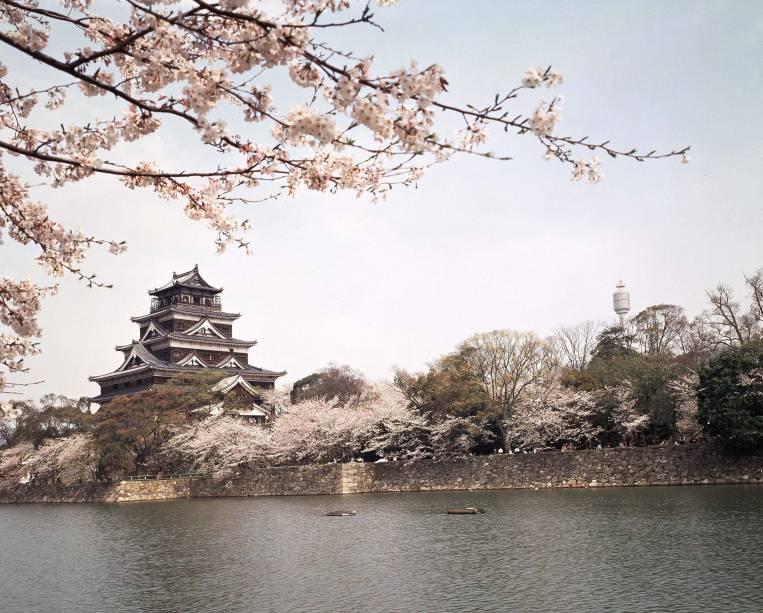 O Castelo de Hiroshima (ou Carpas ou Rijo) foi destruído em 1945 pela bomba que engolfou a cidade japonesa no mapa.  Foi reconstruída 13 anos depois, em 1958, e o seu interior foi convertido em museu.  A parte superior do prédio se tornou um observatório de onde você pode ver a baía de Hiroshima e a ilha de Miyajima.  A delicadeza das cerejeiras circundantes completa o visual.  Endereço: 21-1 Moto-machi Naka-ku, estação Kencho-mae na linha Astram