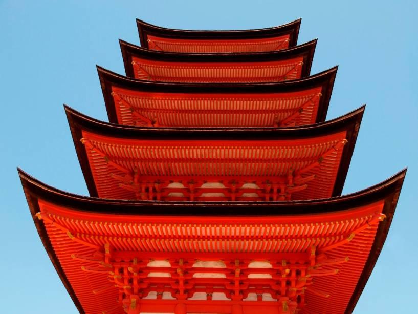 Pagodes são construções budistas que contêm um tipo de relíquia ligada ao Buda.  Eles têm estilos e formas diferentes e podem ser encontrados em diferentes partes da Ásia.  É no típico estilo japonês na Ilha Miyajima em Hiroshima