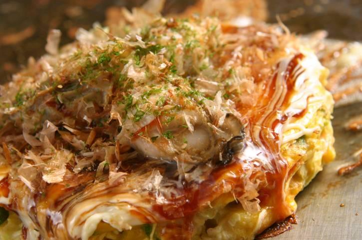 Okonomiyaki, uma espécie de panqueca feita com vários ingredientes como lula, camarão, repolho, ovos e tudo o que você imaginar (ou na geladeira), é o prato típico de cidades como Hiroshima.