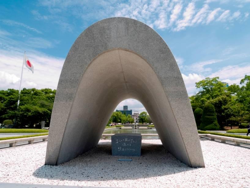 """O cenotáfio em memória das mais de 100.000 vítimas do ataque de Hiroshima contém uma pequena mensagem de paz: """"Descanse em paz porque o erro não se repetirá"""".  A chama comemorativa não se apagará até que todas as armas nucleares do planeta sejam destruídas"""