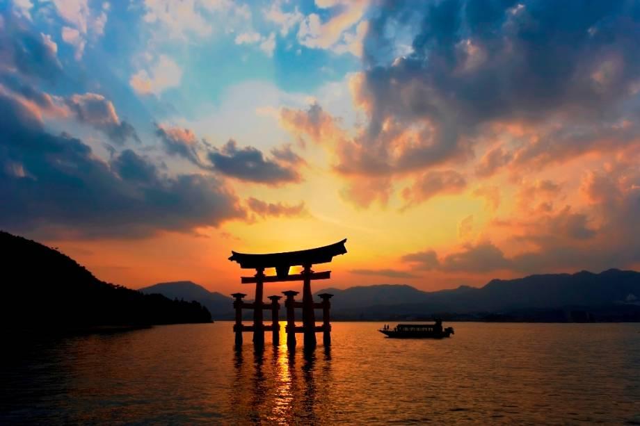 Portal flutuante Torii na Ilha Itsukushima, Hiroshima.  O local, também conhecido como Miyajima, Ilha do Santuário, é um Patrimônio Mundial da UNESCO