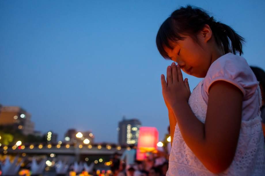Uma menina reza em frente à catedral, que marca a história de Hiroshima, cidade japonesa marcada pelo primeiro ataque atômico ao planeta