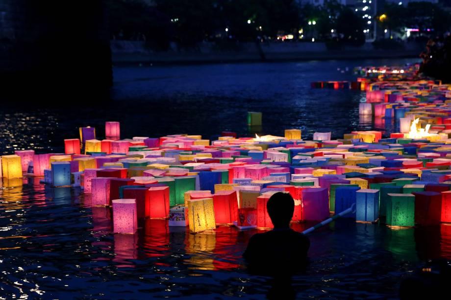 Lanternas com mensagens de paz coloriram o rio em frente ao Hiroshima Dome, um símbolo do passado sombrio da cidade;  Moradores de Hiroshima lembram do ataque que devastou a cidade em 6 de agosto de 1945 todos os anos