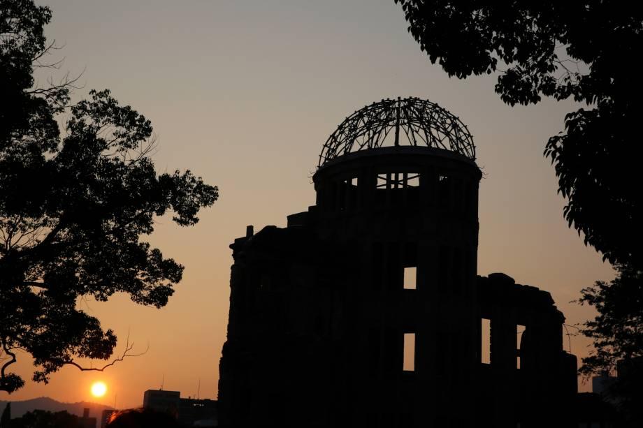 O sol se põe atrás da cúpula do Parque Memorial da Paz em Hiroshima em 6 de agosto de 2015, 70 anos depois que a bomba devastou a cidade e matou instantaneamente 70.000 pessoas.