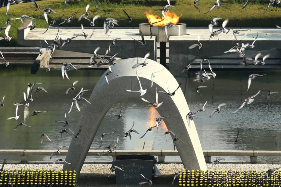As pombas brancas são soltas em uma cerimônia que comemora o 70º aniversário da bomba atômica que foi lançada pelos Estados Unidos e destruiu a cidade japonesa de Hiroshima.  O evento aconteceu no Parque Memorial da Paz