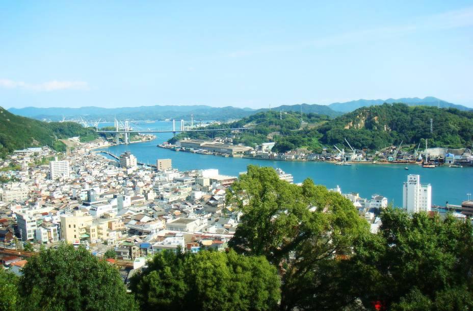 Um dos passeios de Hiroshima é a cidade de Onomichi, conhecida por seus belos templos