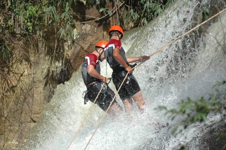 Rapel até a Pedra do Grotão, a 90m de altura, um dos possíveis circuitos de aventura de Gonçalves