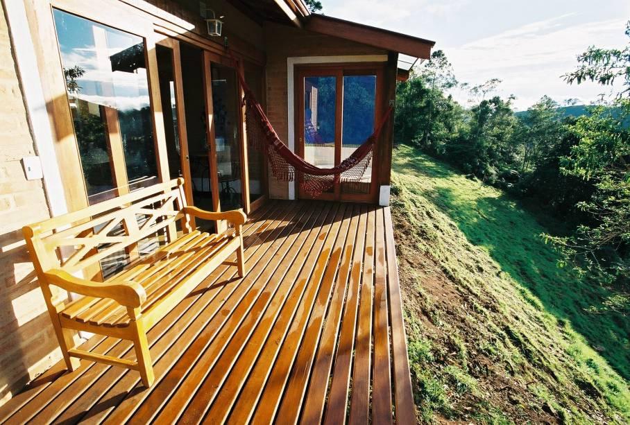 Varanda de um dos chalés da pousada Villa Catarina.  A propriedade possui um caminho interno que dá acesso à Cachoeira do Cruzeiro