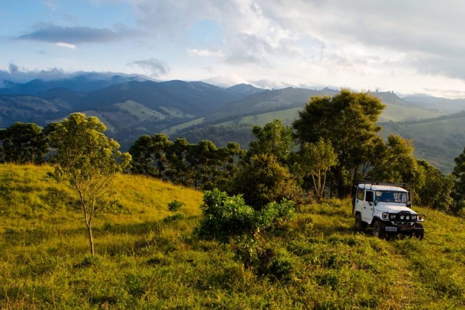 Jipe rodeado de serras na periferia de Gonçalves.  A pequena cidade descobriu sua vocação turística há menos de vinte anos