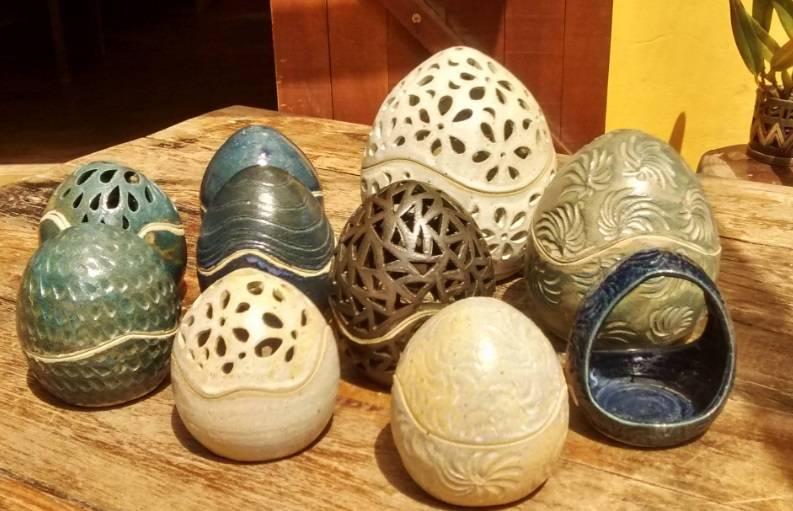 """Peças cerâmicas confeccionadas na oficina Jardins de Barro""""Tamanho da fonte: 400;""""> Cynthia Duarte"""" class=""""lazyload"""" data-pin-nopin=""""true""""/></div> <p class="""