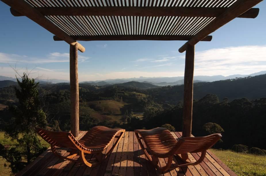 Deck ideal para duas pessoas relaxarem no hostel Quinta dos Pinhais