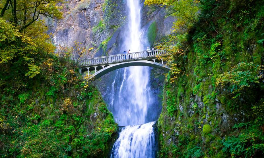 As belas cachoeiras de Multnomah Falls, nos arredores de Portland, EUA