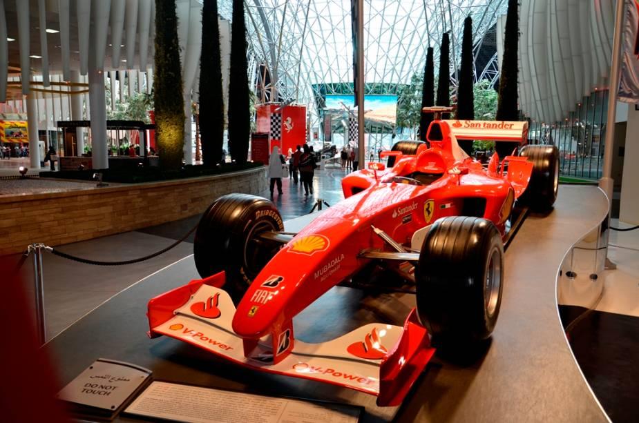 No parque de diversões Ferrari World você pode conhecer a história da marca e da equipe de Fórmula 1 e curtir a montanha-russa mais rápida do mundo: os carros chegam a 240 km / h em menos de cinco minutos